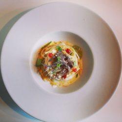 Spaghetti, aglio, olio peperoncino, ricotta e acciughe
